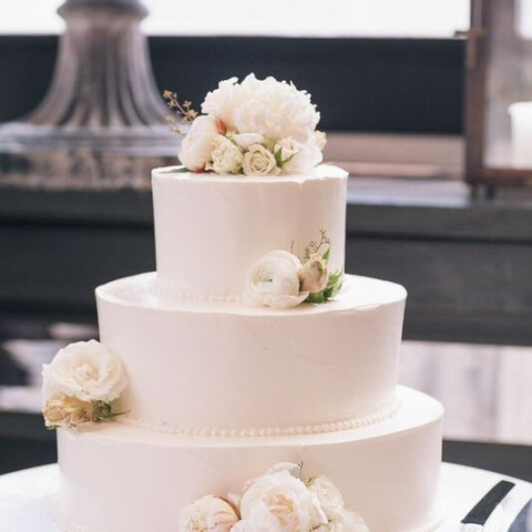 Wedding cake with fresh flowers, Gramercy Park Hotel, Rachel Cho Floral Design